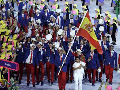 Rafa Nadal leads Team Spain in the closing ceremony in Rio.