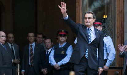 Artur Mas greets the crowd of supporters outside the courthouse in Barcelona.
