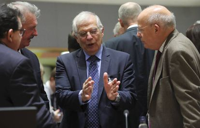 Foreign Minister Josep Borrell (c) in Brussels on Monday.