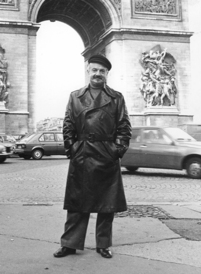 Astor Piazzolla in front of the Arc de Triomphe in Paris in 1977.