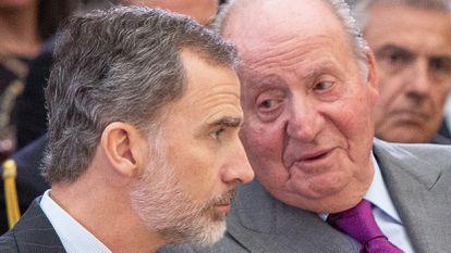 King Felipe VI of Spain (l) and emeritus king Juan Carlos attend the National Sports Awards 2017.