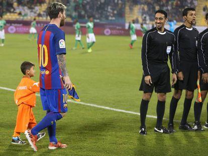 Murtaza Ahmadi with Messi in Doha in December 2016.