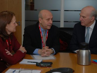 Spanish Education José Ignacio Wert (center) with the British secretary of state for business, innovation and skills Vince Cable.