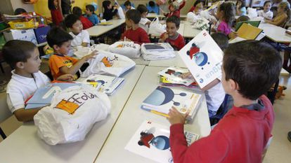 Children with new books for this school year in Las Tablas, Madrid.