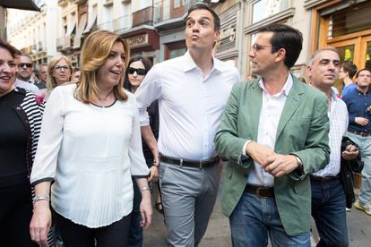 Socialist leader Pedro Sánchez (center) said that Rajoy lies shamelessly.