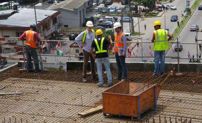 Alejandro Corredor – in white hard hat and orange vest – at the construction site.