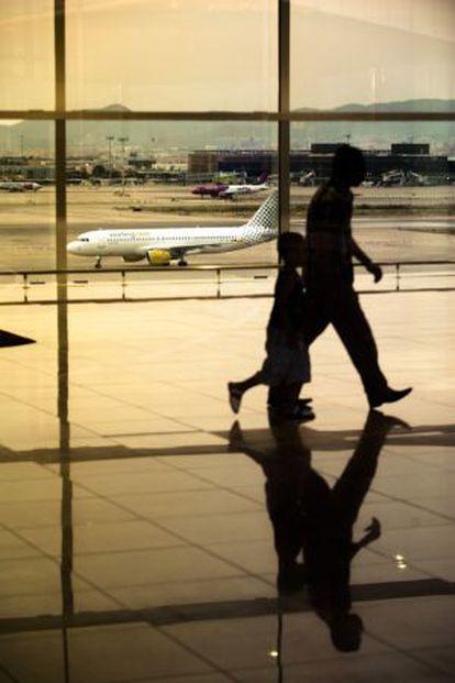 Passengers making their way through El Prat's Terminal 1 last week.