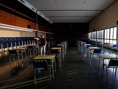 The principal of the Pio XII school in Valencia in a school hall that has been converted into a classroom.