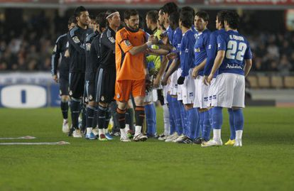 Real Madrid players greeting Xerez during a first-division game in 2010