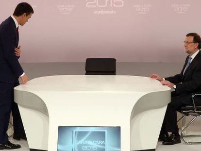 Pedro Sánchez (left) and Mariano Rajoy on the set of the head-to-head election debate organized by the Spanish TV Academy.