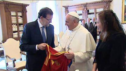 Rajoy hands Pope Francis a Spain national soccer team shirt
