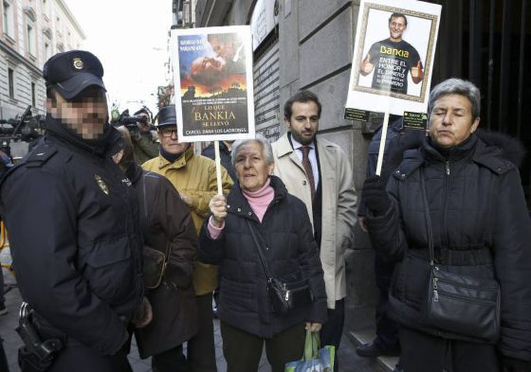 Victims of Bankia's controversial sale of preferred shares await the arrival of former bank execs at the High Court on Monday.