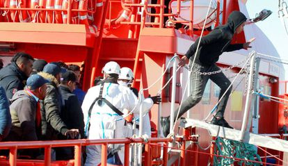 Migrants disembark from a boat in San Roque (Cádiz).