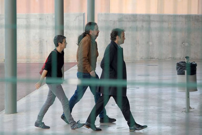 Pablo Iglesias (c) arrives at the Lledoners jail to visit Catalan jailed leader Oriol Junqueras.