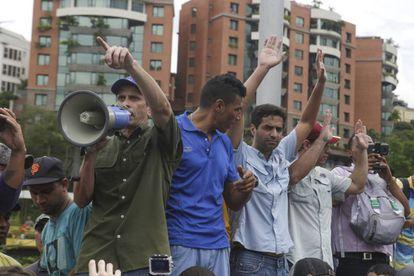 Opposition leader Henrique Capriles (l) at a protest.