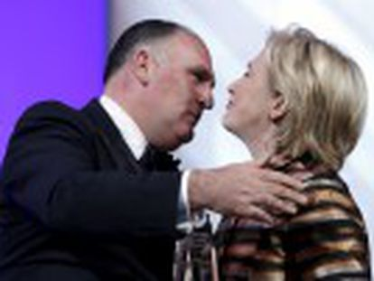 Democratic presidential hopeful Hillary Clinton praises Spanish restaurateur for his stand in support of illegal migrants