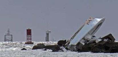 The boat hit a jetty at high speed.