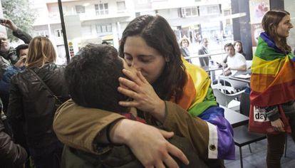 The kiss-in at the café in the Gràcia neighborhood on Thursday.