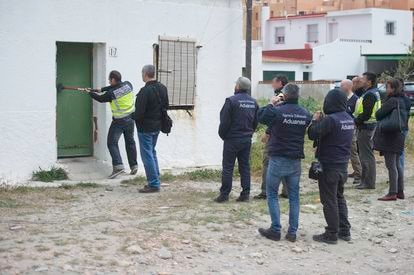 One of the tobacco warehouses searched by the National Police and Customs officers during Operation Poniente in La Línea de la Concepción, Cádiz.