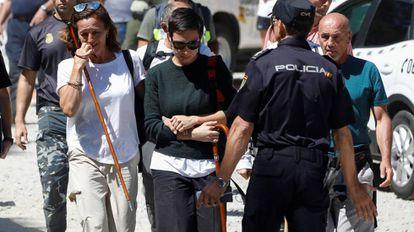 Lola (l), Blanca Fernández Ochoa's sister, after the body was identified.