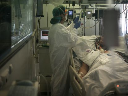 A Covid-19 patient in Barcelona's Hospital Clinic.