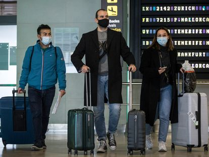 The Spanish healthcare workers Joan Gisbert (c) and Natalia Requena arriving at Valencia airport on Monday.