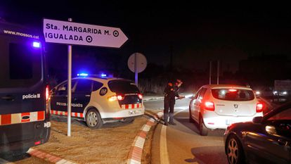 Mossos officers speak to motorists on Thursday near Igualada