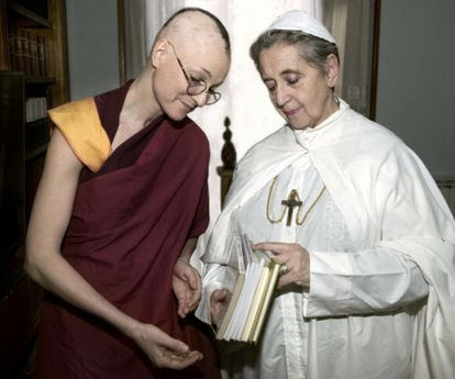 The Lideresas recreate the photo between the Dalai Lama and the Pope.