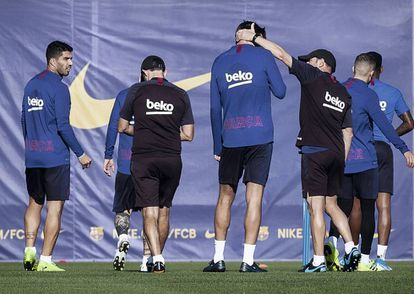 Gerard Piqué, who towers above his teammates at 1.94 meters, shares a joke during a training session.