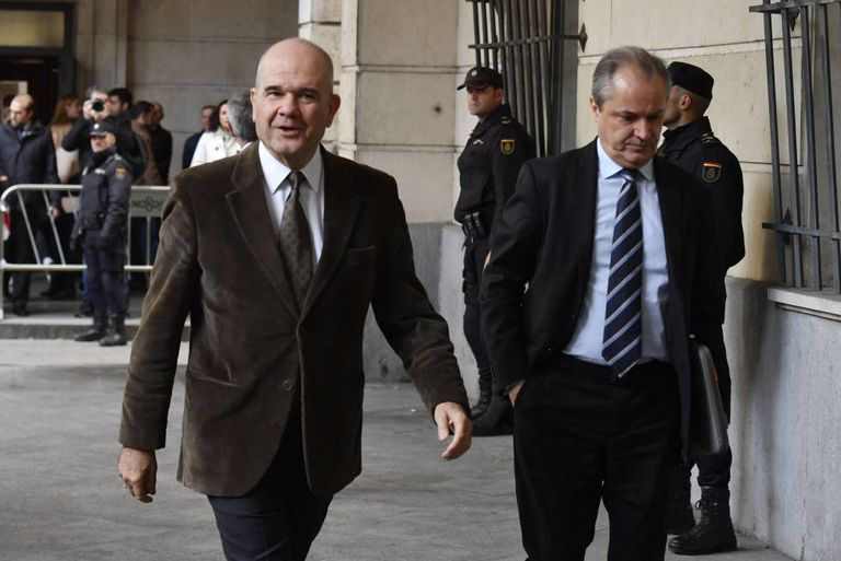 Manuel Chaves (l) arriving in court on Tuesday.