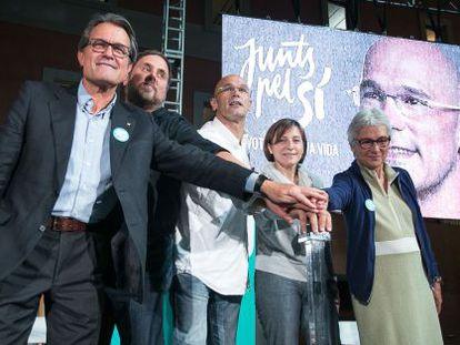 Catalan premier Artur Mas (left) kicks off the campaign with other members of the Junts pel Si bloc.