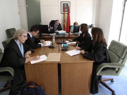 Judge José María Ortiz Aguirre (c) inside the 101 bis courtroom.