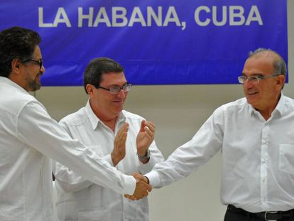 Iván Márquez and De la Calle shake hands in front of Cuban foreign minister Bruno Rodríguez.