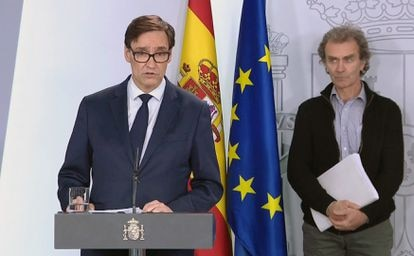 Health Minister Salvador Illa (l) and Fernando Simón, the director of the Health Ministry's Coordination Center for Health Alerts, during Sunday night's press conference.
