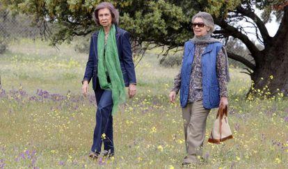 Queen Sofía (left) with her sister Irene in the Toledo hills.