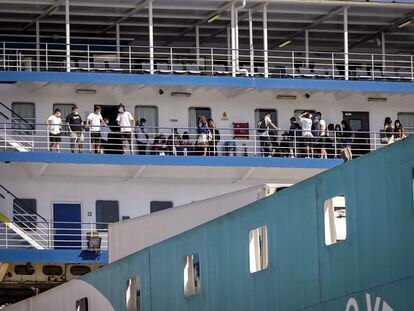 Students who tested negative for the coronavirus in Mallorca arrive by ferry to Valencia.