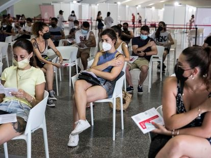 Individuals in the 20-29 age group wait to be vaccinated in Valencia.