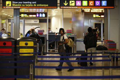 A passenger walks near the embarking gate at Barajas International Airport.