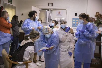A health team vaccinating residents and workers at the Gravi de Polinyà nursing home.