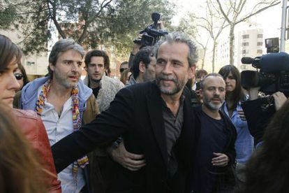 Willy Toledo is greeted outside of court by actors Alberto San Juan (first left), Juan Diego Botto (second left) and Javier Gutiérrez (right).
