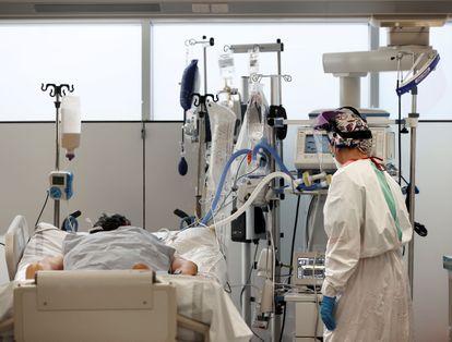 A nurse attends to a coronavirus patient in an ICU in Navarre.