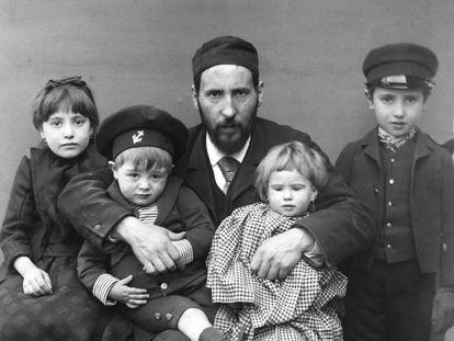 Santiago Ramón y Cajal with his children Fe, Jorge, Paula and Santiago, in Barcelona, in 1889.