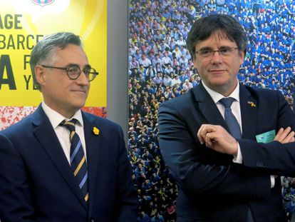 Carles Puigdemont (r) and MEP Ramón Tremosa in the European Parliament.