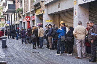 Lines outside the immigration center on Barcelona's Múrcia street.