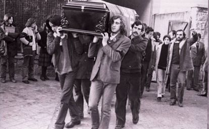 Colleagues and friends carry Yolanda González's coffin. Image from the book, 'Don't Forget Me. Yolanda González, the Most Brutal Crime of the Transition.'