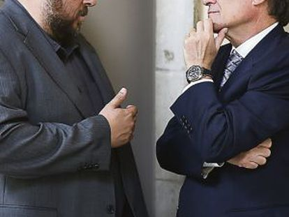ERC leader Oriol Junquera (l) converses with Catalan premier Artur Mas.