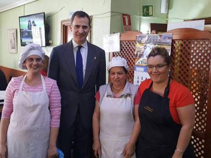 King Felipe VI on Monday with workers at Puerta de Extremadura restaurant.