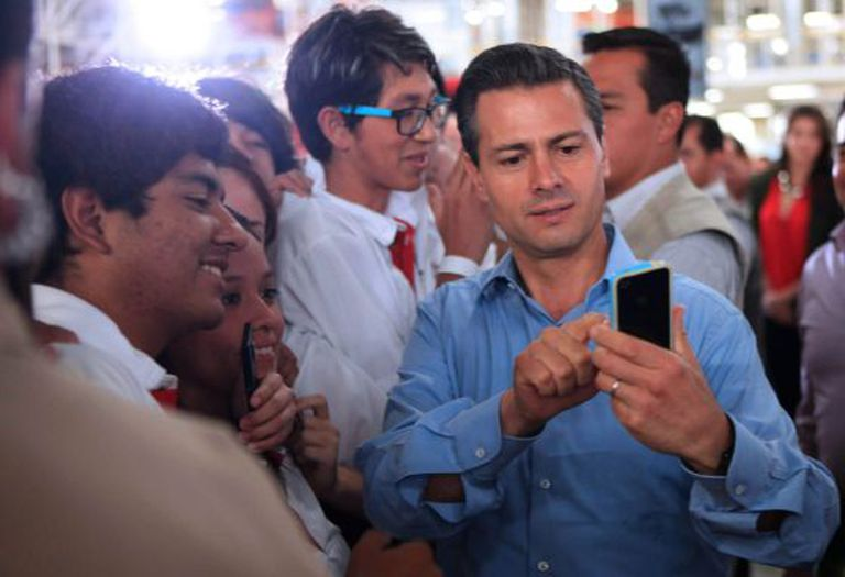 Peña Nieto takes a photo of himself with employees from Chrysler.