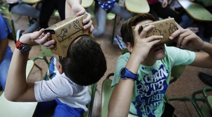 Students at Madrid's IES Cervantes school try out Google Expeditions.