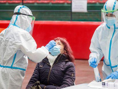 A woman undergoes a coronavirus test in Burgos.